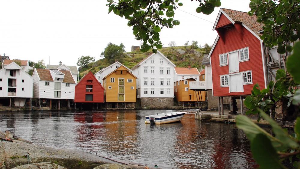 Fiskerimuseet i Sogndalsstrand sett fra andre siden av bukta. Foto: Torbjørn Bøe