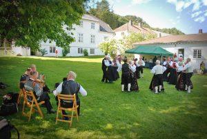 Folkedans, trekkspillmusikk og kiosk på Slettebø. Foto: Torbjørn Bøe