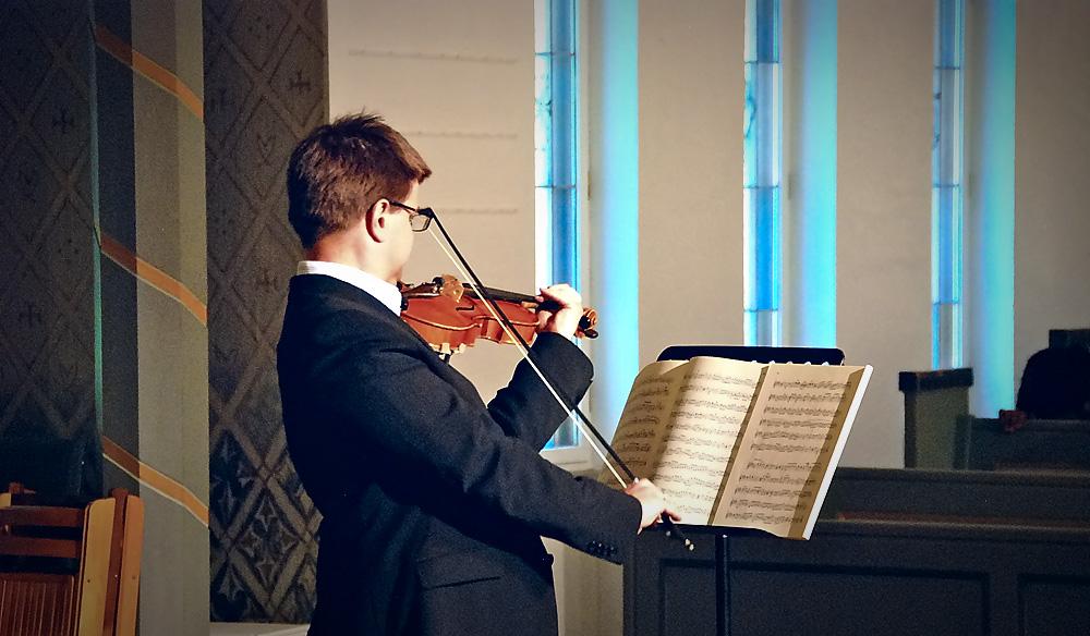 Foto av fiolinspilling i Bakkebø kirke