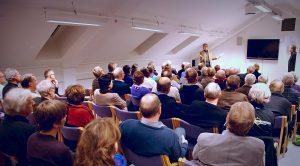 Foto fra et foredrag med Kjartan Fløgstad