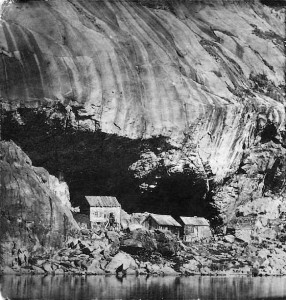 Photo of three houses beneath Helleren in the middle of the 1800s. Photo: Unknown. Sokndal Bygdetun.