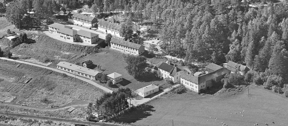 Flyfoto av Slettebø med museumsområdet tatt i 1953. Foto: Widerøes Flyveselskap