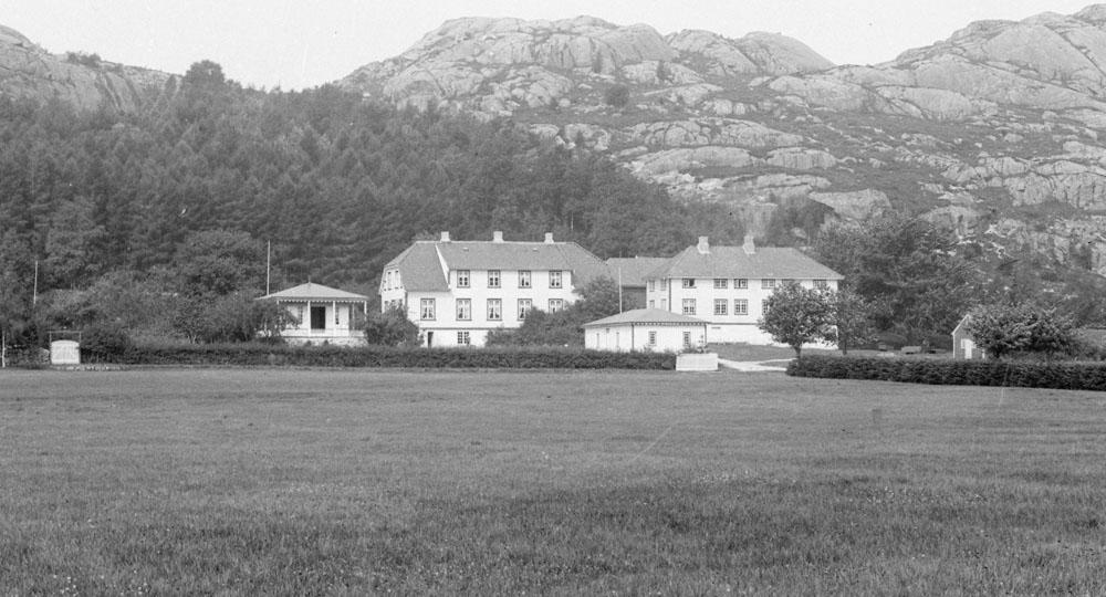 Foto av Slettebø gård cirka 1896. Foto: Petter Arnfinn Flak (DFF-AF0108, utsnitt).