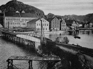 Svingbru for jernbanen og kullager ved Egersunds Fayancefabriks Co. på 1920-tallet.