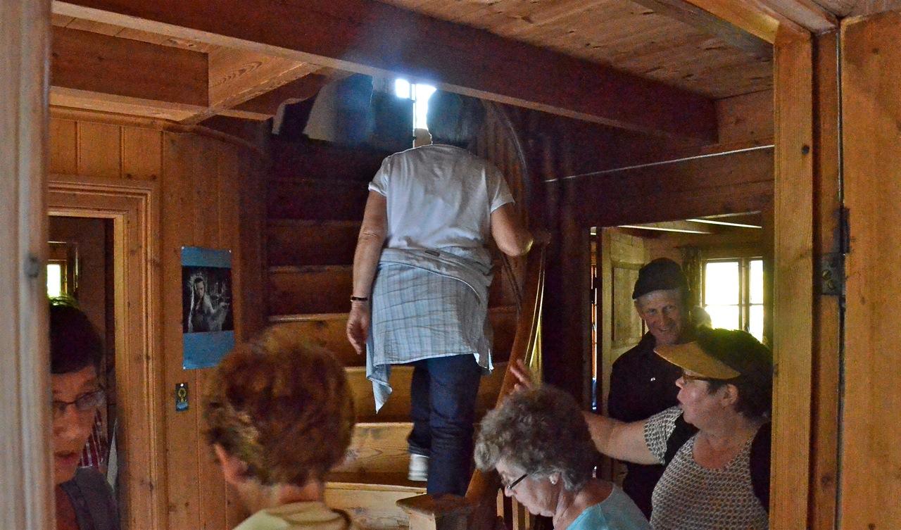 Folk sto i kø for å slippe opp på loftet i huset til lakselord Pelly. Foto: Torbjørn Bøe