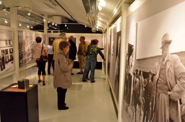 Foto fra åpningen av fotoutstilling på Fayancemuseet 31. mai 2012. Å møte byen og distriktets nære fortid gjennom bilder gir både engasjerende og spennende opplevelser. Foto: Torbjørn Bøe.