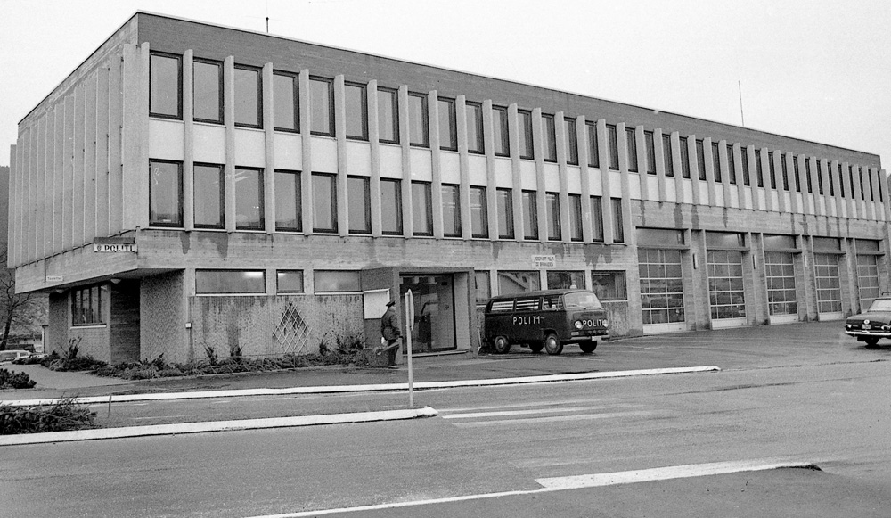 Bøckmans gate 2, folkelig kalt Justispalasset, huset brannstasjon og politistasjon i 1972. Nå er dette Eigersund rådhus, og har fått en ekstra etasje. Foto: Erling Svensen