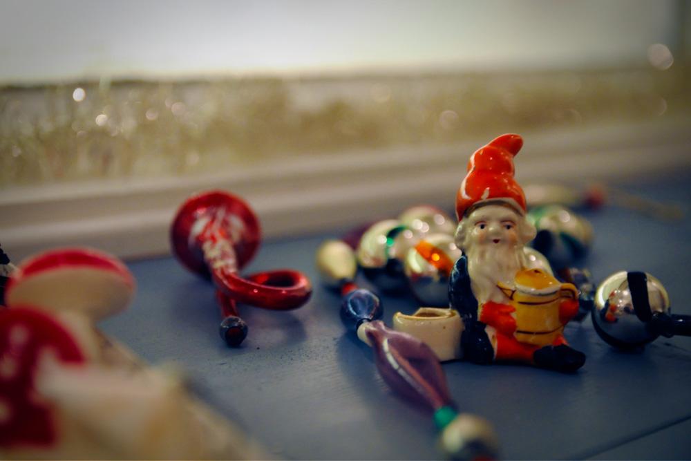 Julepynt i vinduet til steintøybutikken på Egersund Fayancemuseum