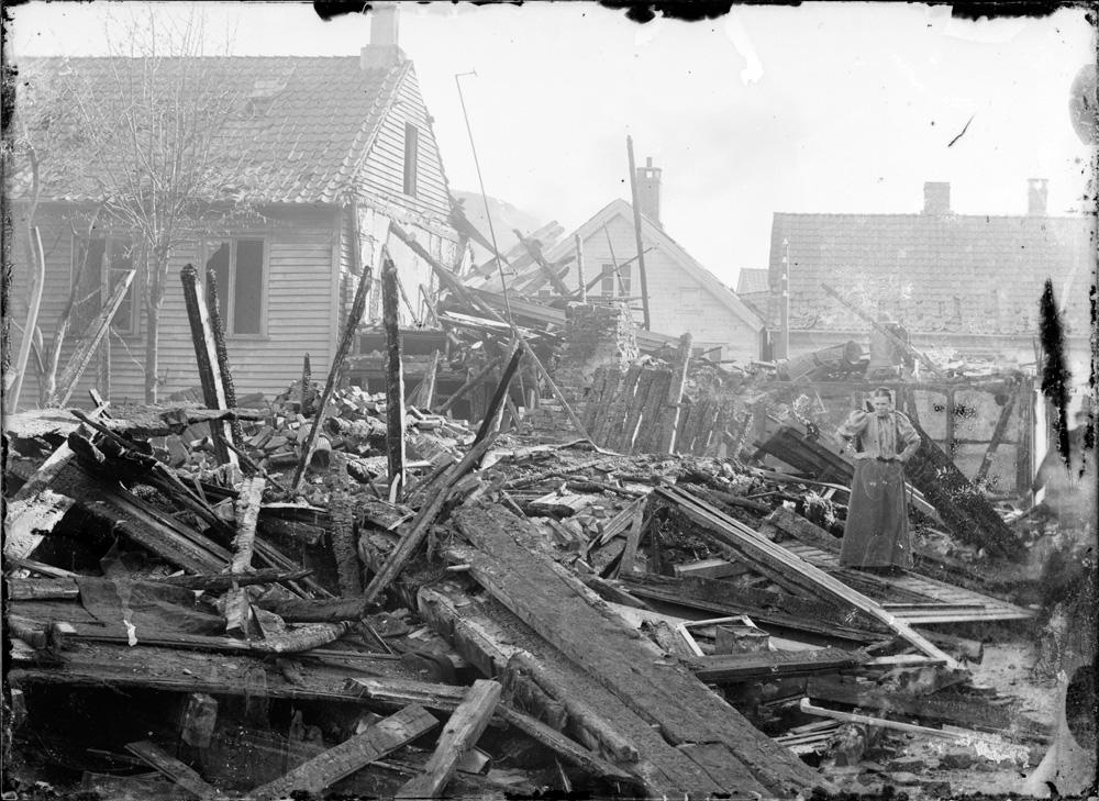 Storgaten 12 i Egersund nedbrent i 1896. Foto: Erik Hadland Torjusen (DFF-EHT0360).