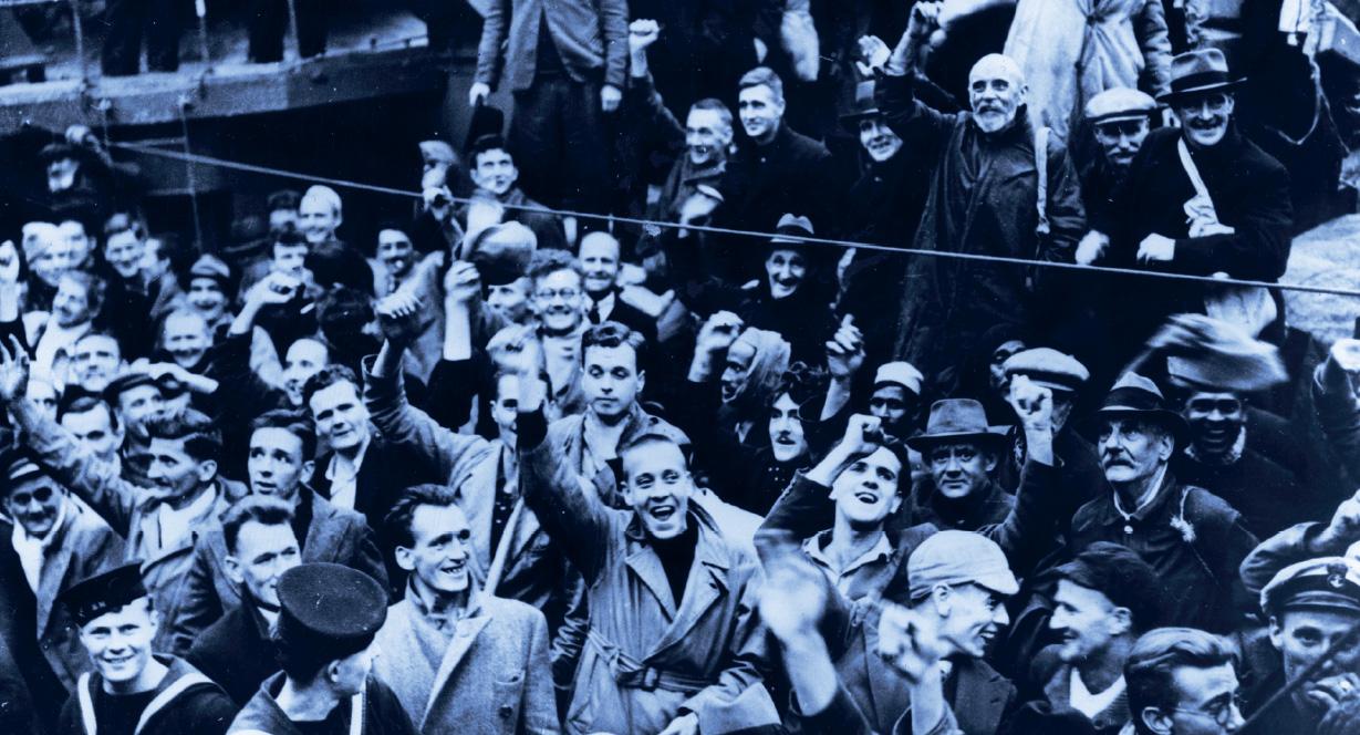 Jublende folk på skipsdekket