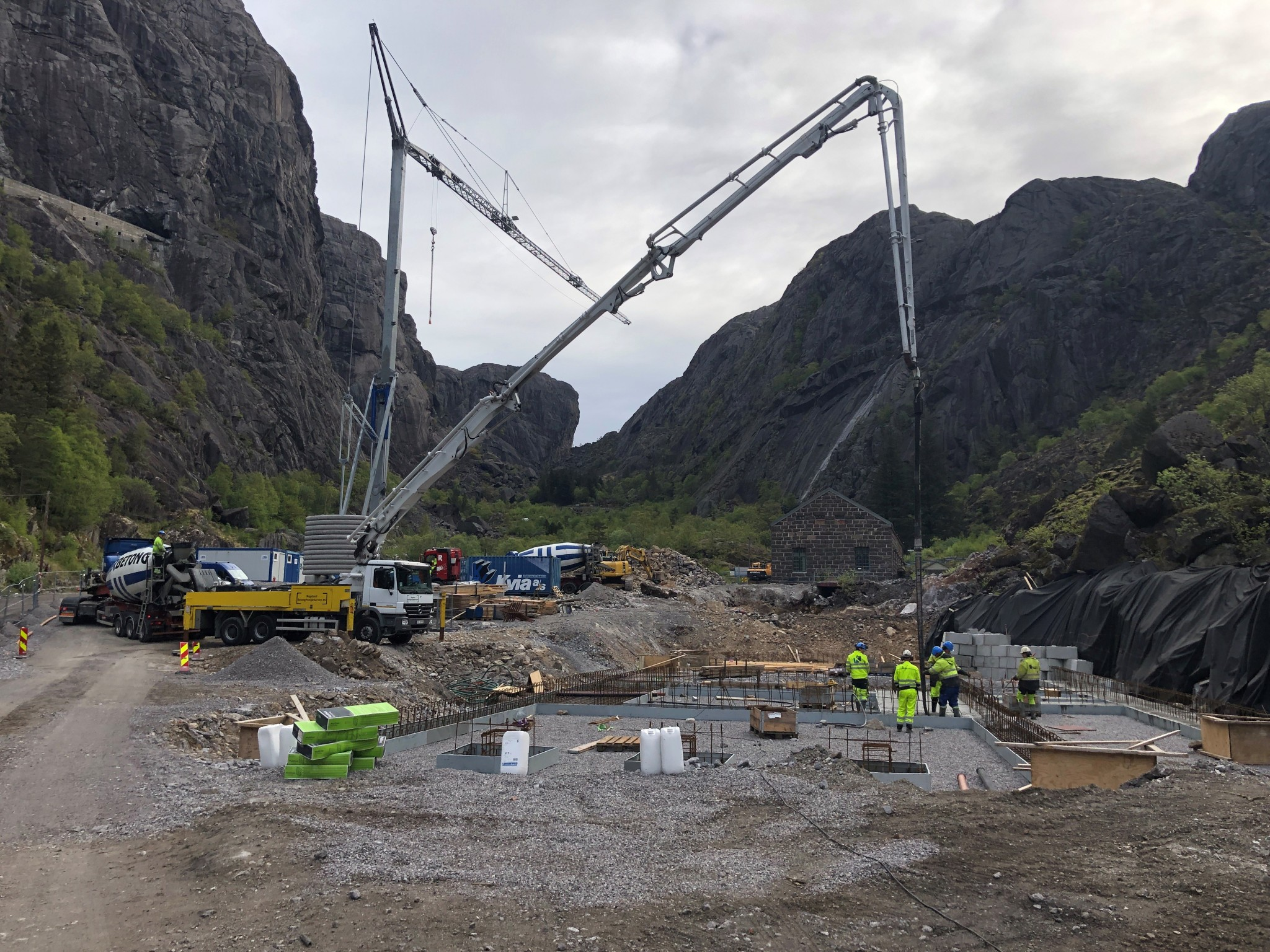 Byggeplassen under støping