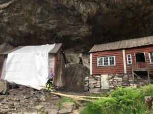 Helleren i Jøssingfjord tildekket for fjellrensking juni 2019
